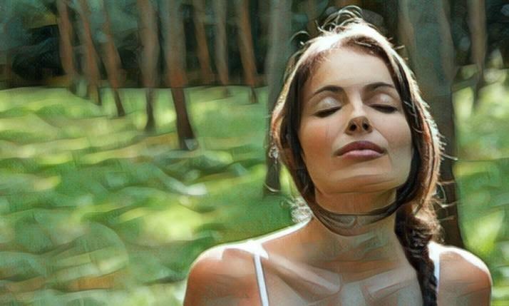 Mujer realizando ejercicios de respiración