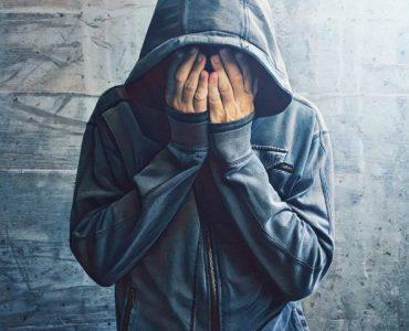Personas joven que sufre de traumas psicológicos