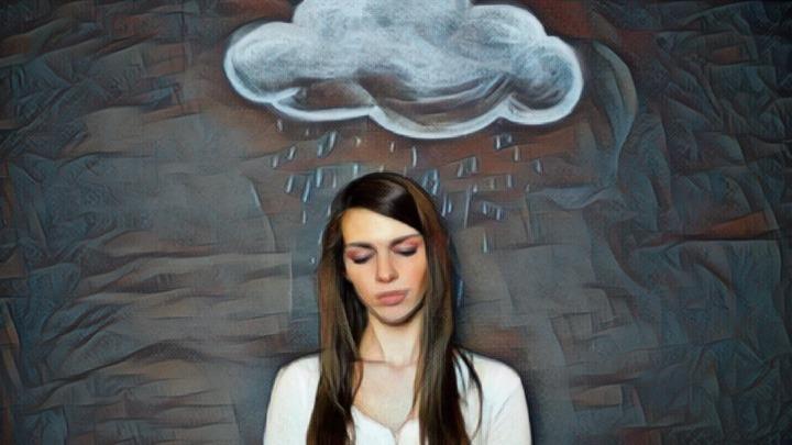 Mujer que padece el filtraje selectivo y la negatividad