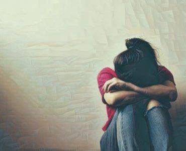 Mujer que sufre el síndrome del corazón roto