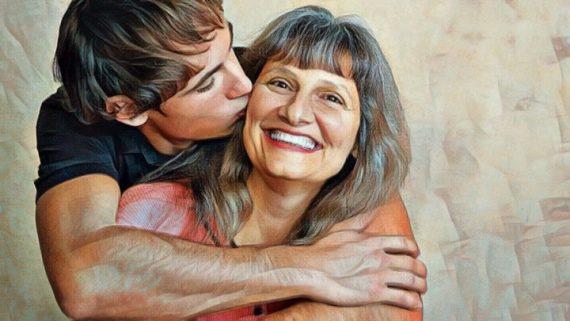 Hijo abrazando a su madre