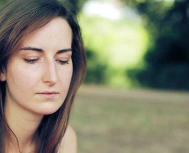 mujer que está pensativa para tomar decisiones difíciles