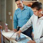 Joven ayudando en el hogar