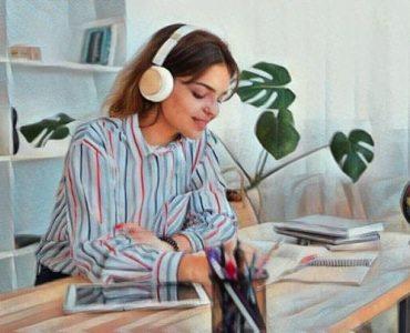 mujwer escuchando música mientras trabaja