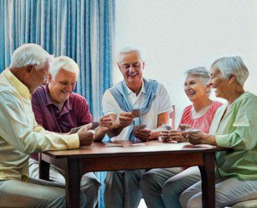 Personas de la ter edad jugando a las cartas
