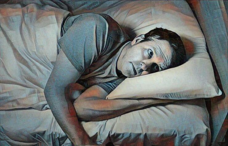 Hombre con ansiedad nocturna que no puede dormir