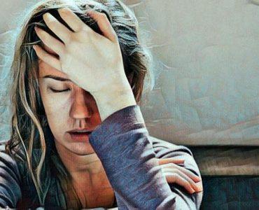 La tensión emocional puede afectar nuestro cuerpo mujer se está tomando la cabeza