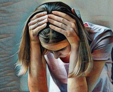 Mujer que sufre de trastorno de somatización