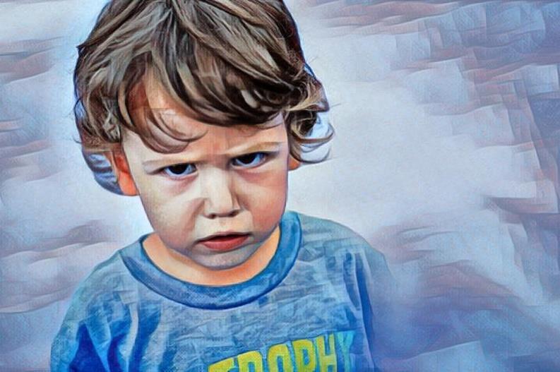Niño enojado por perder