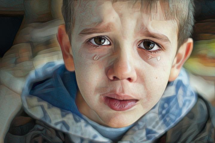 Un niño que ha sido castigado