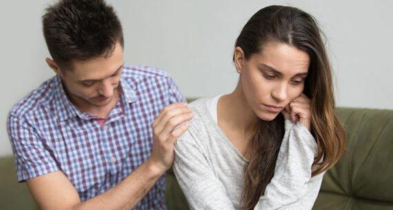Una pareja que tiene problemas por amor enfermizo