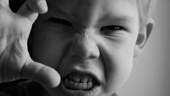 Niño mostrando ira
