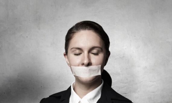 Persona con miedo a expresar su opinión